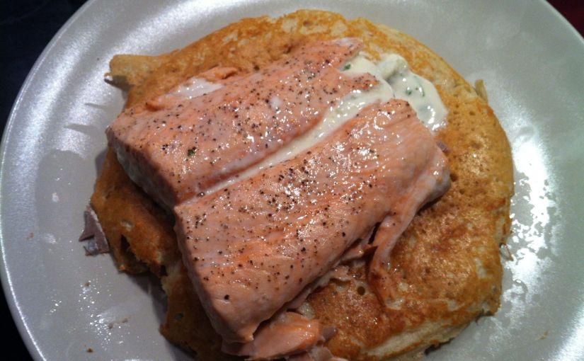 Escalopa de salmó al vapor, blinis d´avellana i salsa de vi blanc