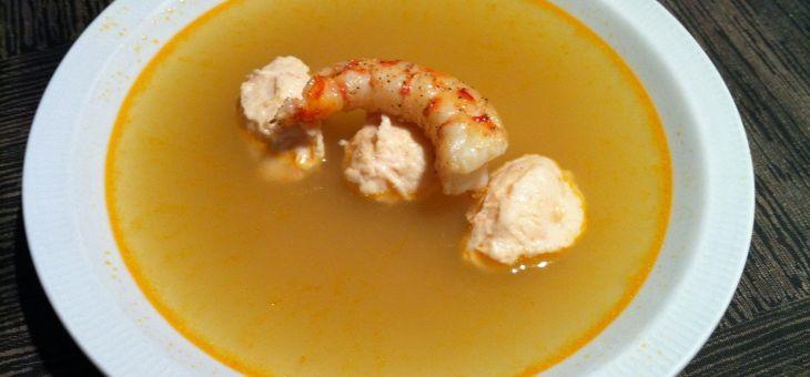 Consomé/brou de llagostins amb quenelles