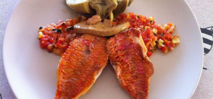 Escabetx ràpid de molls amb foie i carxofes encurtides