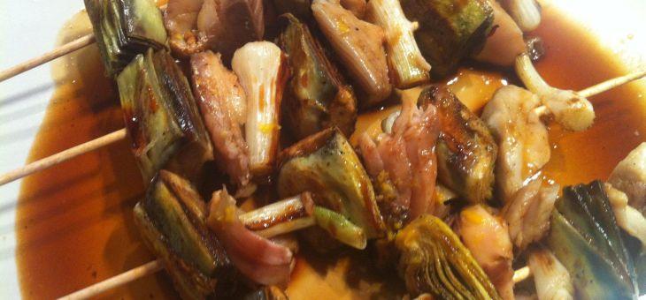 Broqueta de verat, all tendre i carxofa amb salsa de soja i llima