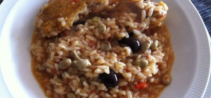 Arròs caldòs amb pollastre, favetes i olives