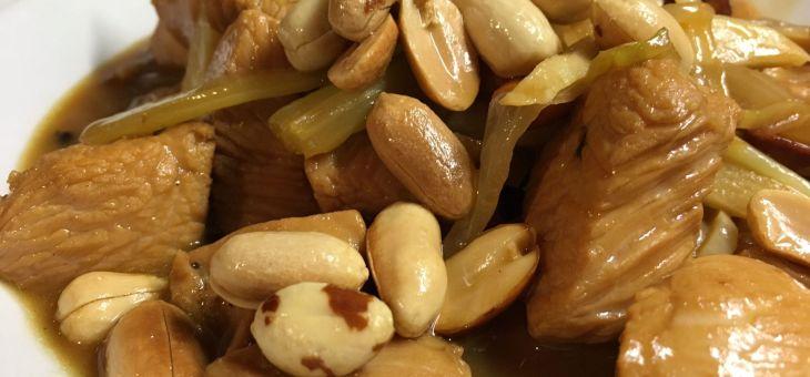 Pollastre adobat amb cacahuets