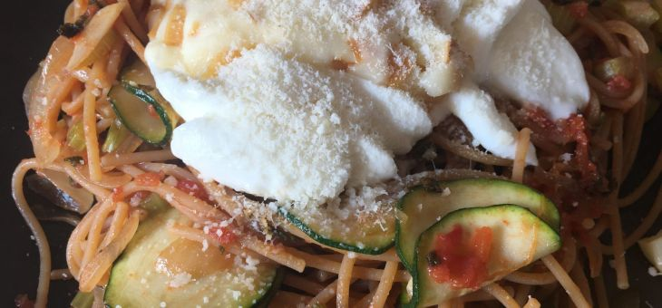 Espaguetis amb carbassó i mozzarella