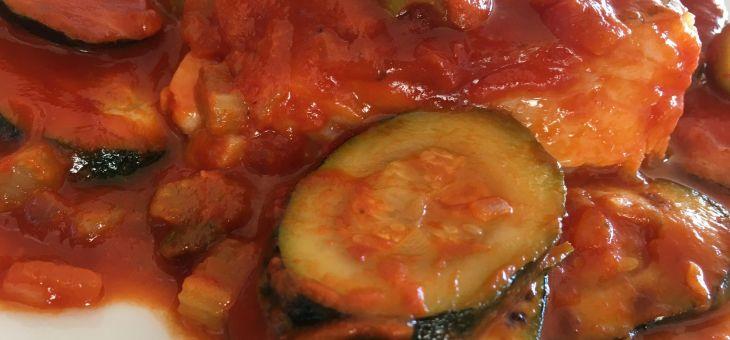 Bacallà amb carbassó, olives i tàperes