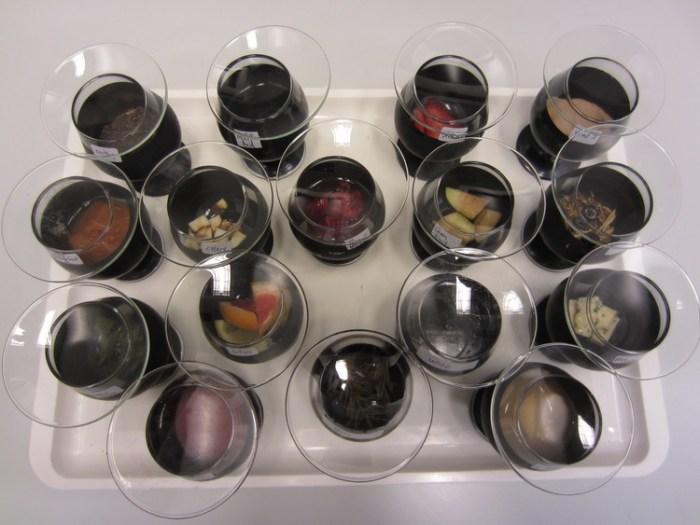 Опорные образцы, закрытые специальными стёклами, чтобы не выпустить ароматы.