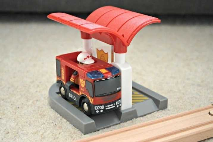 brio-firefighter-set-water-and-gas-pump