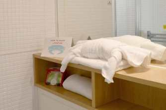 butlins-minehead-seaside-apartment-how-to-make-a-towel-crab