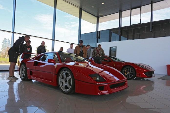 Tesla gør det, men Ferrari kommer aldrig til at bygge selvkørende biler. Essensen af at have en Ferrari er at køre den, understreger mærkets topchef, John Elkann.