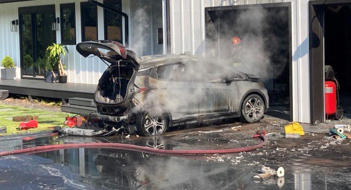Chevrolet har tilbagekaldt 141.000 eksemplarer af elbilen Bolt efter en række brande i batteripakken. Nu rådes ejerne til at parkere mindst 50 fod væk fra alle andre bilister