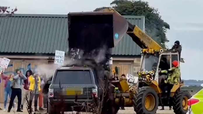 Nogle sure miljøaktivister har overhældt Jeremy Clarksons Range Rover med kompostjord