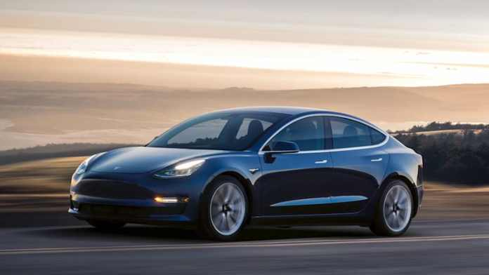 Tesla har stoppet salget af Model 3 i Indien. Bilen er simpelthen for lav til landets veje.