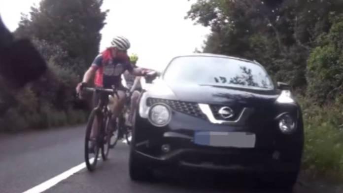 I England slog en vred bilist flere gange en cyklist, fordi denne fyldte på vejen. Bilisten blev dog ikke sigtet for noget.