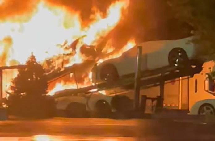 Flere helt nye Corvetter er udbrændt efter en voldsom brand i en autotransporter i USA tidligere på ugen
