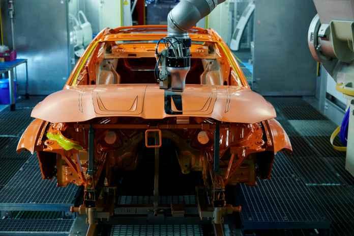 BMW vil male biler på en helt ny måde. Teknikken er både hurtigere og mere energieffektiv end den almindelige måde at male biler på. Desuden går det hurtigere, siger fabrikken