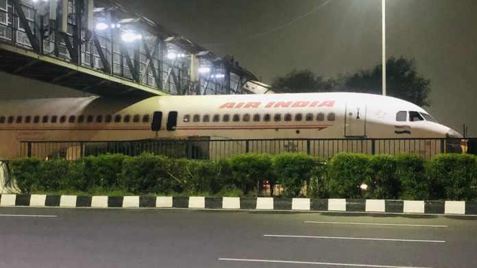 Et tidligere Air India-fly satte sig tidligere på måneden fast under en bro, der viste sig slet ikke at være høj nok.