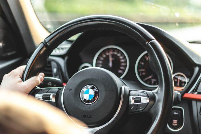 En ung mand, der kørte 160 procent for stærkt i en vejarbejds-zone, har fået en BMW beslaglagt