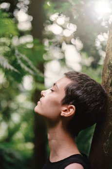 How to meditate, woman meditating with tree