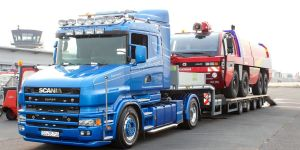 Transport eines FLF Panther Löschfahrzeugs für den Flughafen Dortmund durch Bootswerft Baumgart