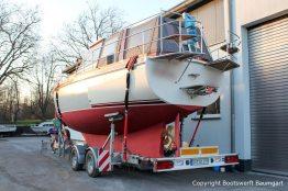 Vilm 106 Motoryacht nach durchgeführtem Refit verzurrt auf dem Trailer auf dem Werftgelände der Bootswerft Baumgart in Dortmund