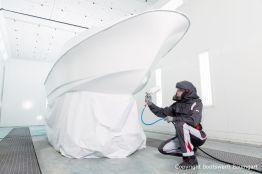 Stefan Baumgart in Schutzkleidung bei Bootslackierarbeiten in der Lackierkabine der Bootswerft Baumgart in Dortmund