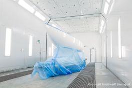 Weisse Segelyacht in der in der Lackierkabine der Bootswerft Baumgart in Dortmund
