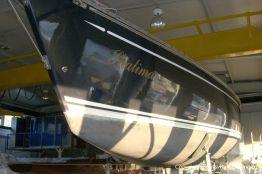 Backbordseite der Comfortina 38 Segelyacht vor Beginn der Arbeiten in der Werfthalle der Bootswerft Baumgart in Dortmund
