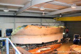 Ausbesserungsarbeiten am Rumpf der Comfortina 38 Segelyacht in der Werfthalle der Bootswerft Baumgart in Dortmund