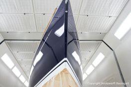 Bugansicht mit Wasserpass der fertig lackierten Comfortina 38 in der grossen Lackierkabine der Bootswerft Baumgart in Dortmund