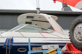 Demontage des Dachs einer Formula 40 PC Motoryacht auf dem Werftgelände der Bootswerft Baumgart in Dortmund
