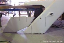 Vorbereitungen des Dachs einer Formula 40 PC Motoryacht in der Werfthalle der Bootswerft Baumgart in Dortmund