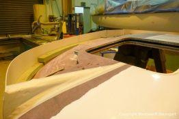 Vorbereitungen für die Lackierung des Dachs einer Formula 40 PC Motoryacht mit Effecktlack in der Werfthalle der Bootswerft Baumgart in Dortmund