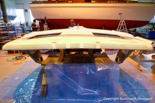 Spachtel- und Schleifarbeiten am Dach einer Formula 40 PC Motoryacht in der Werfthalle der Bootswerft Baumgart in Dortmund