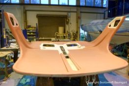 Grundierung für die Dach Lackierung einer Formula 40 PC Motoryacht mit Effecktlack in der Werfthalle der Bootswerft Baumgart in Dortmund
