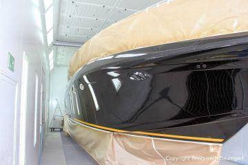 Bug einer Formula 40 PC Motoryacht bei der Effektlack Bootslackierung in der Lackierkabine Bootswerft Baumgart in Dortmund