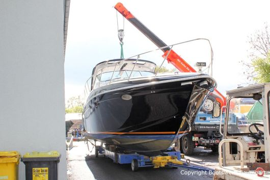 Kranen einer Formula 40 PC Motoryacht auf den Hafentrailer auf dem Werftgelände der Bootswerft Baumgart in Dortmund