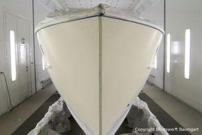 Bug bei der Grundierung des Rumpfes der Rapsody 29 in der Lackierkabine der Bootswerft Baumgart in Dortmund