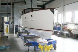 Vorarbeiten zum Unterwasseranstrich der Rapsody 29 in der Werfthalle der Bootswerft Baumgart in Dortmund