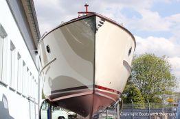 Bug und Unterwasserschiff der Rapsody 29 auf dem Werftgelände der Bootswerft Baumgart nach durchgeführter Bootslackierung in Dortmund