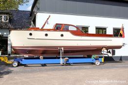 Seitenansicht der Rapsody 29 auf dem Hafentrailer auf dem Werftgelände der Bootswerft Baumgart nach durchgeführter Bootslackierung in Dortmund