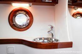 Waschbecken im Innenraum der Rapsody 29 auf dem Werftgelände der Bootswerft Baumgart nach durchgeführter Bootslackierung in Dortmund