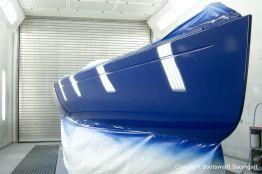 Die Bordwände der Latitude 46 Tofinou 9.5 werden nun in der Lackierhalle mit AWL Grip Yachtfarben in Royal Blue lackiert