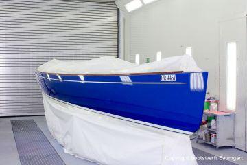 Latitude 46 Tofinou 9.5 während der Neulackierung in Royal Blue von AWL Grip Yachtfarben in der Lackierhalle der Bootswerft Baumgart in Dortmund