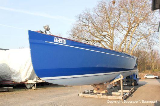 Die Latitude 46 Tofinou 9.5 nach Fertigstellung der Neulackierung in Royal Blue von AWL Grip Yachtfarben auf dem Werftgelände der Bootswerft Baumgart in Dortmund