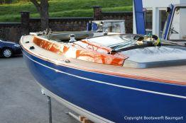 Teakdeck und Kajüte in Mahagoni einer Latitude 46 Tofinou 9.5 nach Fertigstellung der Neulackierung in Royal Blue von AWL Grip Yachtfarben auf dem Werftgelände der Bootswerft Baumgart in Dortmund