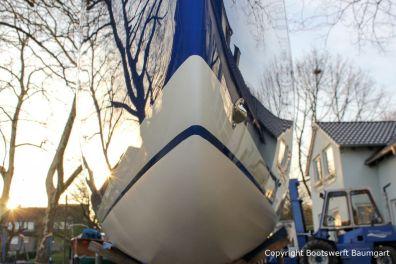 Bug und Wasserpass der Latitude 46 Tofinou 9.5 nach Fertigstellung der Neulackierung in Royal Blue von AWL Grip Yachtfarben auf dem Werftgelände der Bootswerft Baumgart in Dortmund