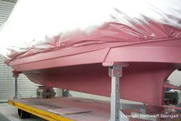 Unterwasserschiff einer Motoryacht bei der Osmosesanierung in der Lackierkabine der Bootswerft Baumgart in Dortmund