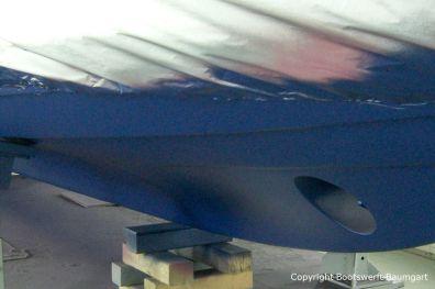 Bug mit Bugstrahlruder einer Motoryacht bei der Osmosesanierung in der Lackierkabine der Bootswerft Baumgart in Dortmund