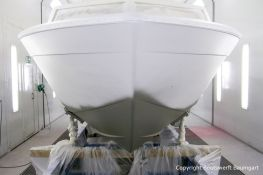 Bug der Chris Craft MX 25 Motoryacht beim Refit in der Lackierkabine der Bootswerft Baumgart in Dortmund