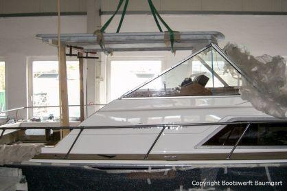 Das Dach der Chris Craft MX 25 Motoryacht wird beim Refit für die Lackierung mit dem Deckenkran in der Werfthalle der Bootswerft Baumgart in Dortmund abgenommen