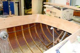 Das geschliffene Holz in der Plicht achtern der Lacustre Segelyacht beim Refit in der Lackierkabine der Bootswerft Baumgart in Dortmund